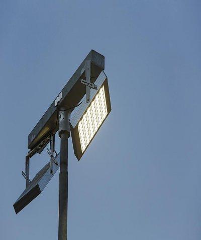 sportzonenbeleuchtung mit led e lucente intelligente autarke energiel sungen. Black Bedroom Furniture Sets. Home Design Ideas